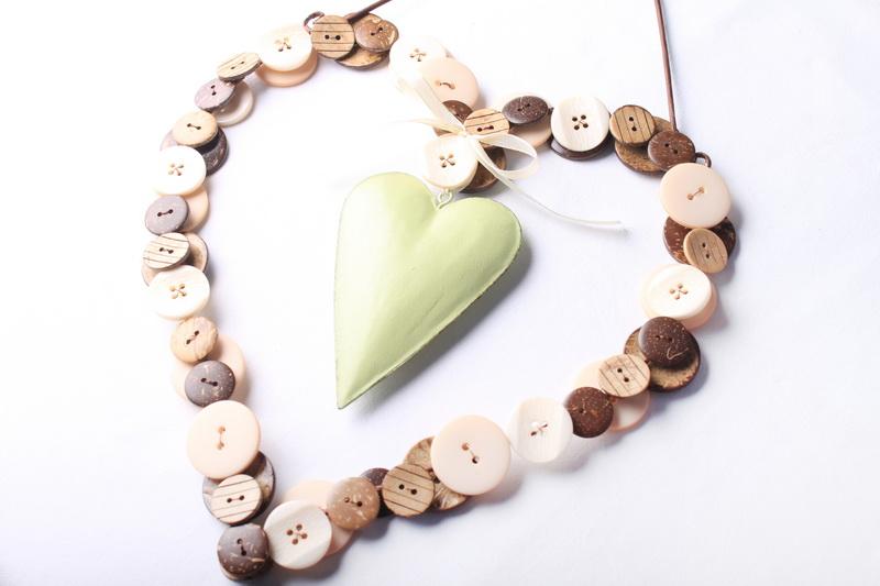 Valentýnská dekorace - srdce z knoflíků - návod 19
